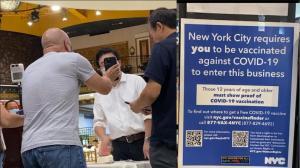 纽约市疫苗令强制执行首日 法拉盛餐馆业者:比起生意恢复 抗疫更重要