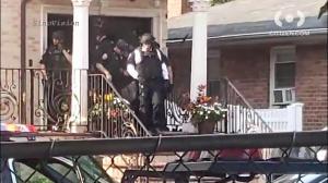 纽约休班女警遭丈夫夺枪挟持 警匪交火 人质2楼跳窗脱逃