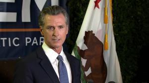 纽森轻松赢得罢免选举 将继续留任加州州长
