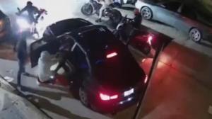 纽约曼哈顿男子刚把宝马开出停车位 就遭摩托车手围堵持枪劫车