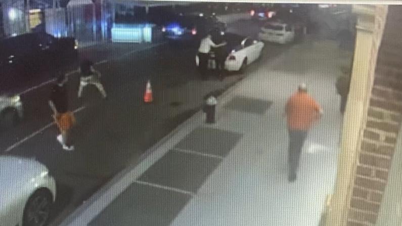 两狂徒抢劫纽约上东城中餐馆 一食客被抢走名表 一人中枪