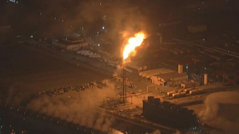 洛杉矶郡发生4.3级地震 炼油厂紧急点火烧气