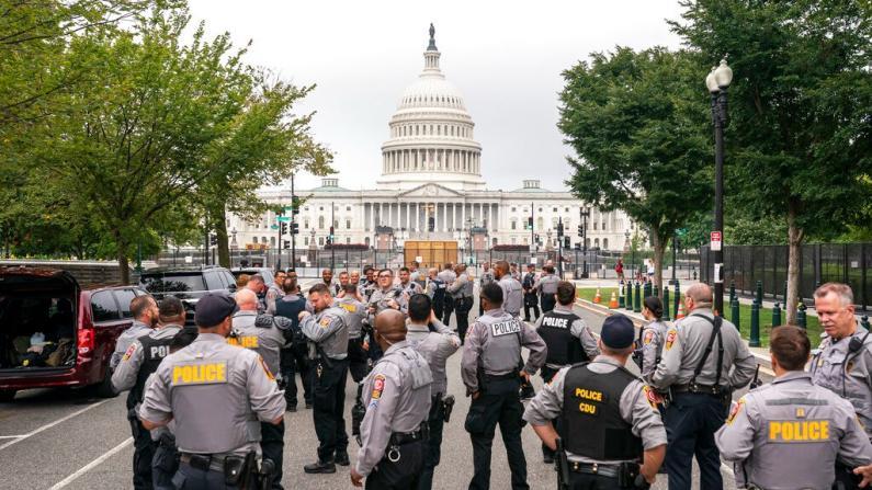 警察和媒体多过参加者 右翼集会规模远低于预期