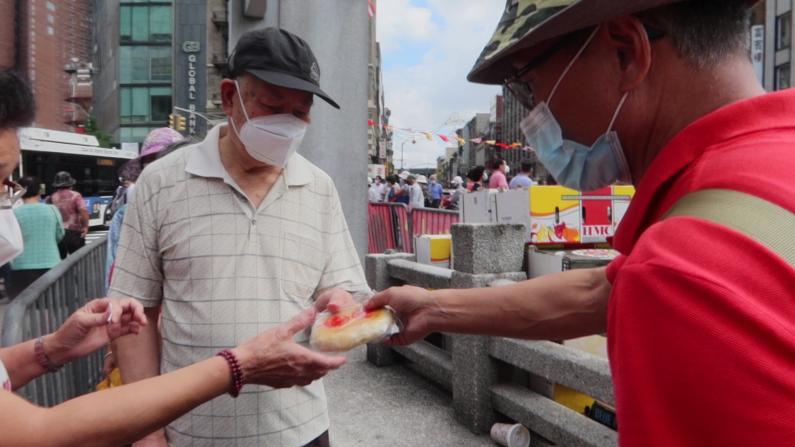 美国福建公所华埠派送月饼 民众排长队1千个不够发