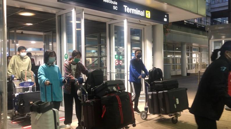 芝加哥大学200多位中国学生乘包机来美留学