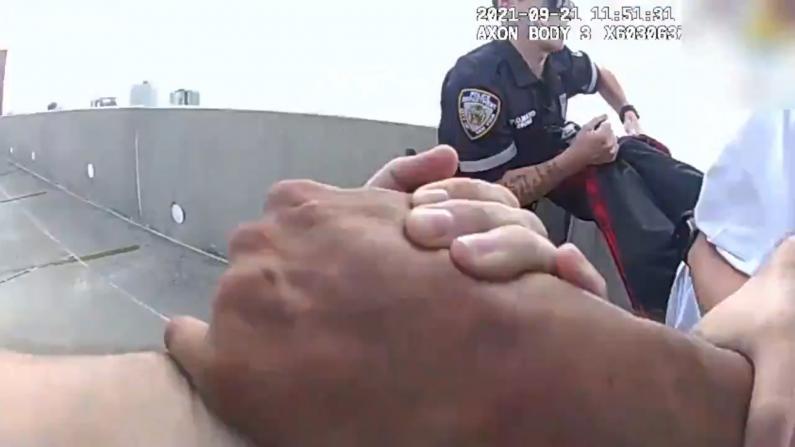 惊险!NYPD公布警员营救意图跳楼者视频