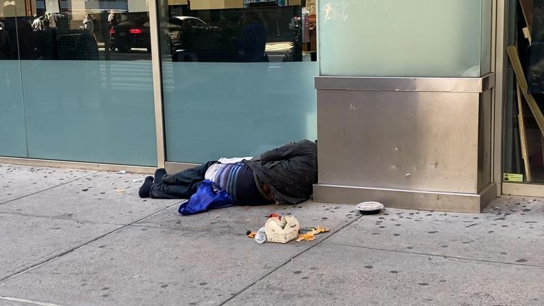 纽约中城游民光天化日吸毒泛滥 记者目击注射针剂
