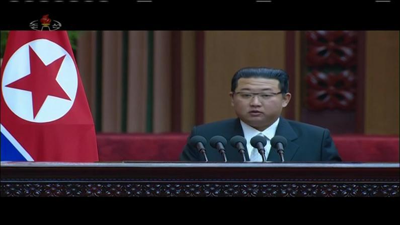 朝鲜举行最高人民会议 金正恩深色西装露面