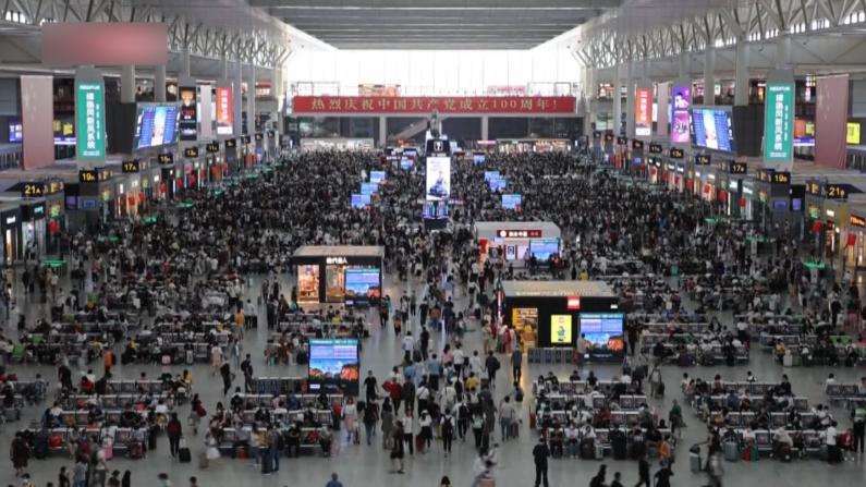 中国十一假期迎客流高峰 长三角铁路旅客超300万人次
