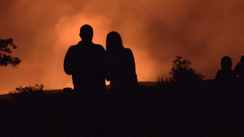 """大批游客围观夏威夷火山罕见大喷发:""""太壮观了!"""""""