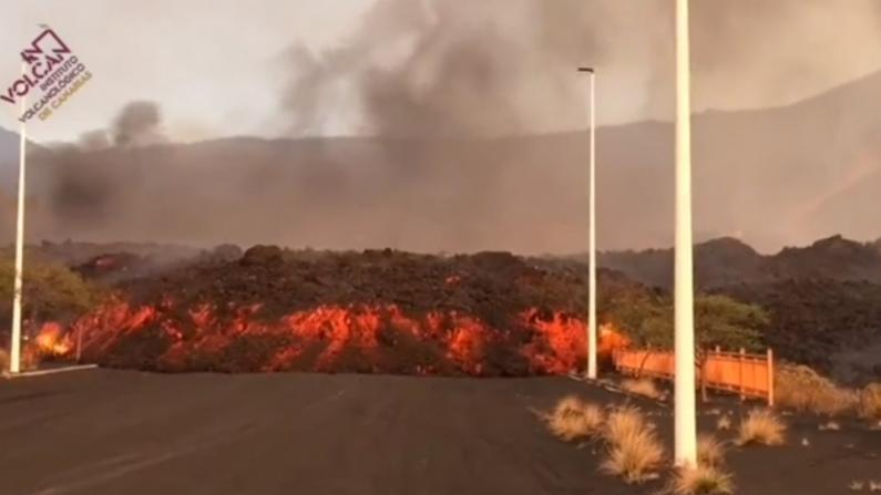 """西班牙火山喷发至今已三周 熔岩还在""""爬行"""""""