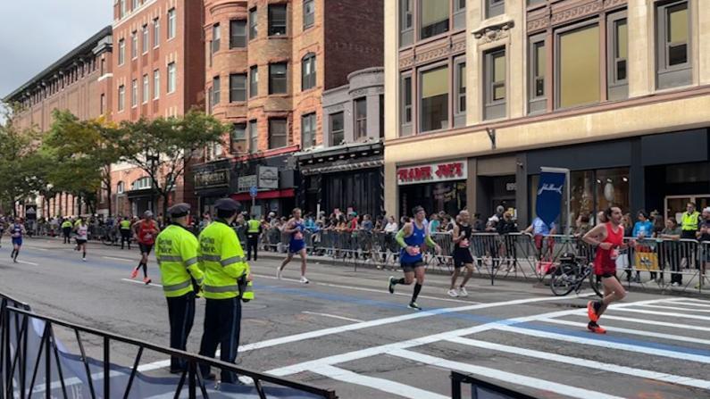 【实拍】2021波士顿马拉松比赛重燃全城 高密度安保有多严?