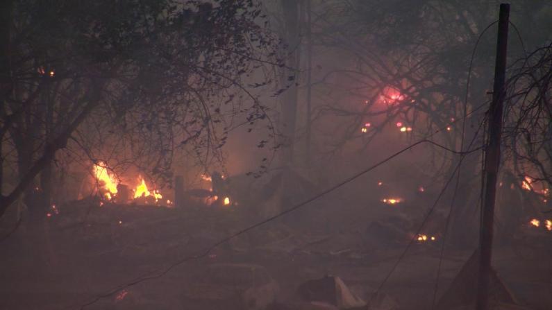 加州再发大火 强风加速蔓延 受灾民众:一切都毁了…