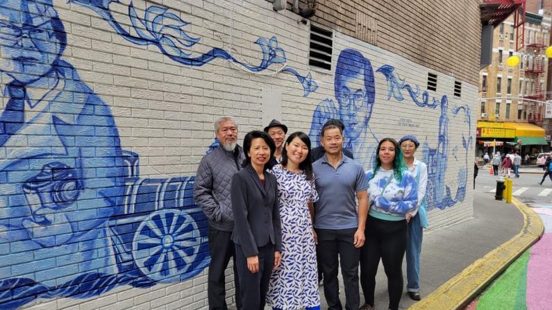 曼哈顿华埠巨幅壁画揭幕 献礼因新冠去世的摄影师李扬国