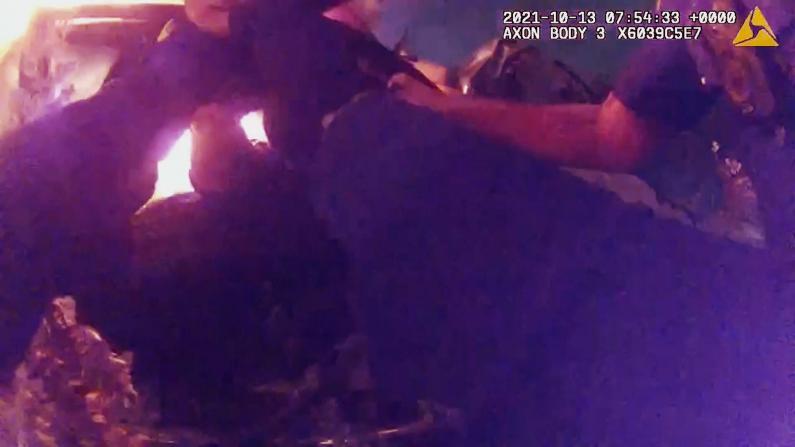 深夜车祸引大火 得州警员热浪中焦急救人