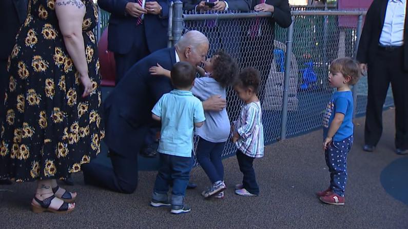 拜登访康州与儿童中心孩童互动 小朋友的这一举动引发现场欢呼