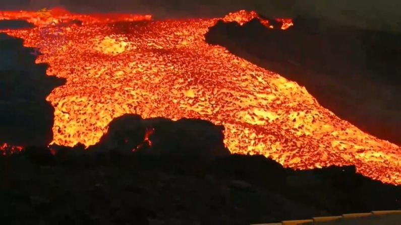 """喷发加剧!西班牙拉帕尔马岛出现""""熔岩海啸"""" 无人机投喂被困家犬"""