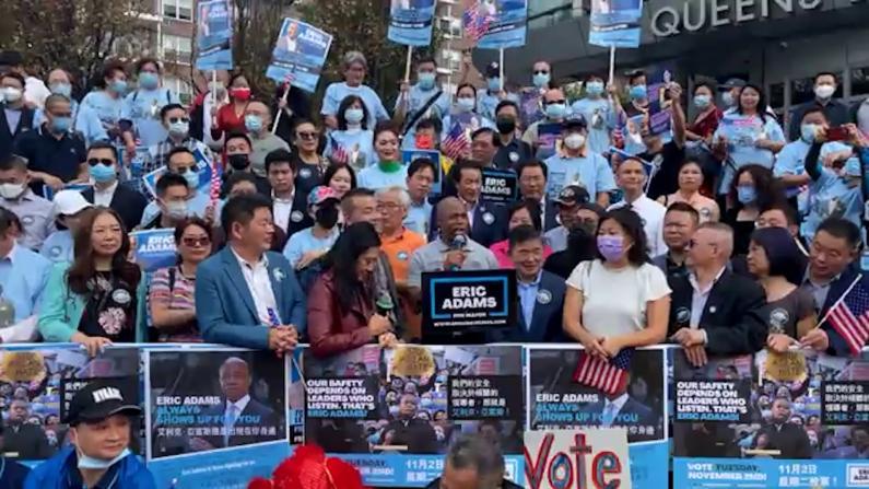 纽约市普选在即 亚当斯现身法拉盛 鼓励亚裔选民积极投票