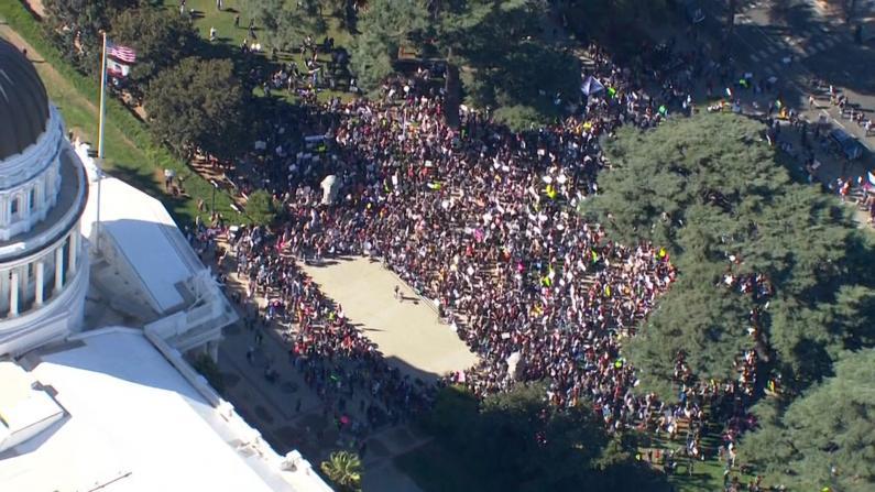 不满学生强制疫苗令 加州近千家长州府外带孩子抗议