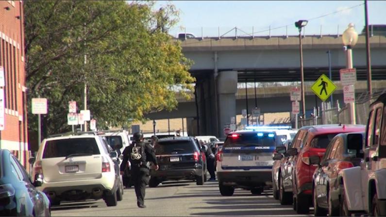 持枪男子闯入波士顿艾默生学院操场 谈判7小时后被捕