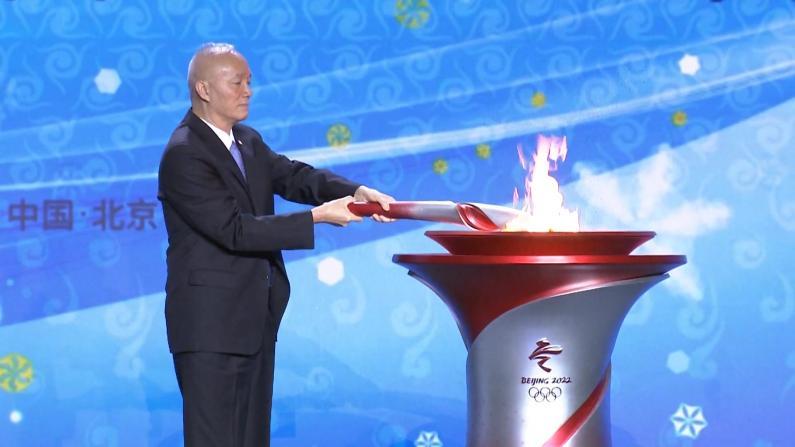 北京时隔13年再迎奥运圣火 点燃2022冬奥首支火炬