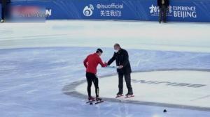 """短道速滑世界杯北京站决出首金 """"自助式颁奖"""""""