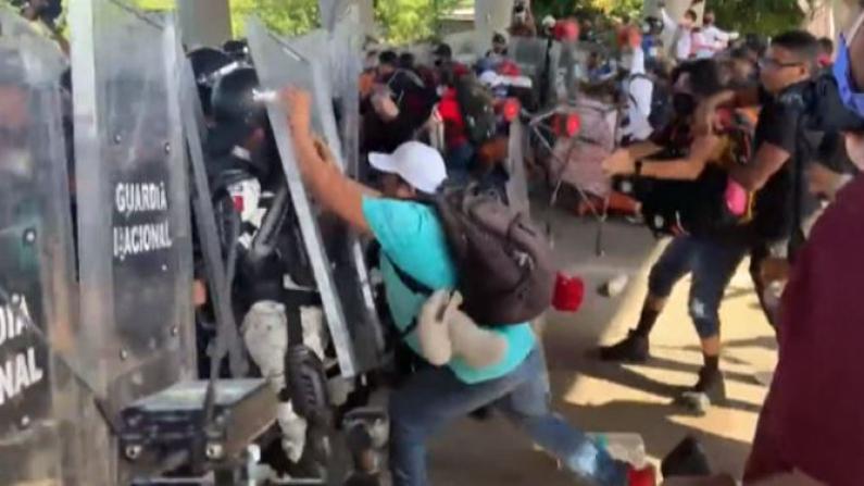 """中美洲""""大篷车""""移民向墨西哥北部进发 与执法人员爆发冲突"""