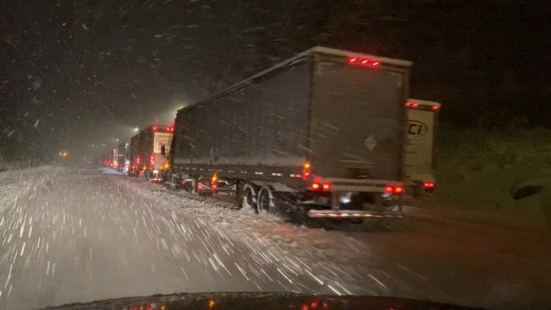 北加连续干旱后天降大雪 交通封闭高速公路成停车场