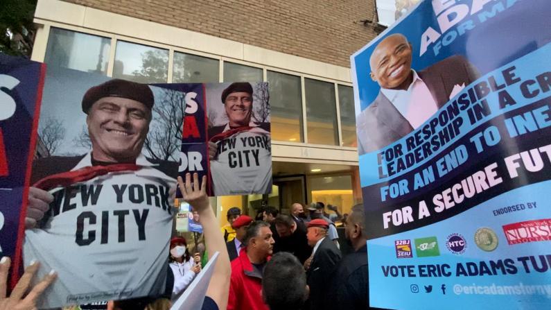 纽约市长候选人最后公开辩论 双方支持者场外激烈争执