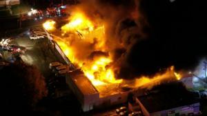 新州汽车拍卖场深夜四级大火 浓烟飘散大批消防车急赴现场